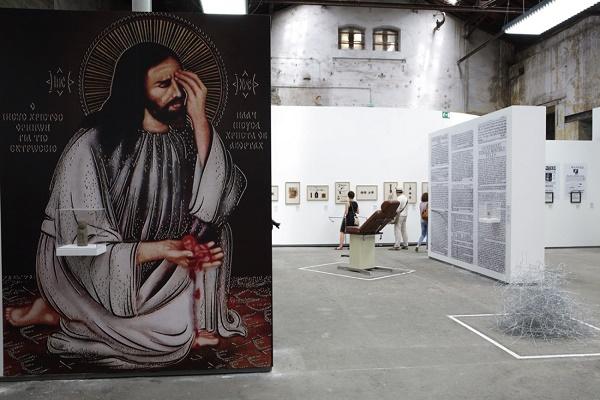 Vue de l'exposition de Laia Abril, histoire de la misogynie, chap.1 De l'avortement, reproduction d'une fresque orthodoxe montrant le Christ se lamentant avec un fœtus avorté dans la main, photo Suzanna Pozzoli